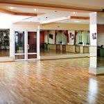 балетный зал для танцев с зерказалми